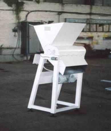 Машина для измельчения некондиционных вафельных пластов Ш24-ШИБ